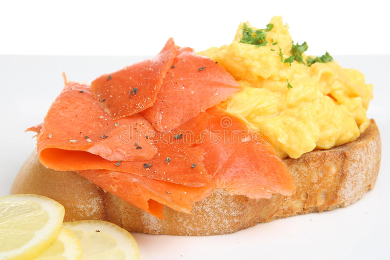 Salmoni affumicati con l'uovo rimescolato fotografia stock libera da diritti