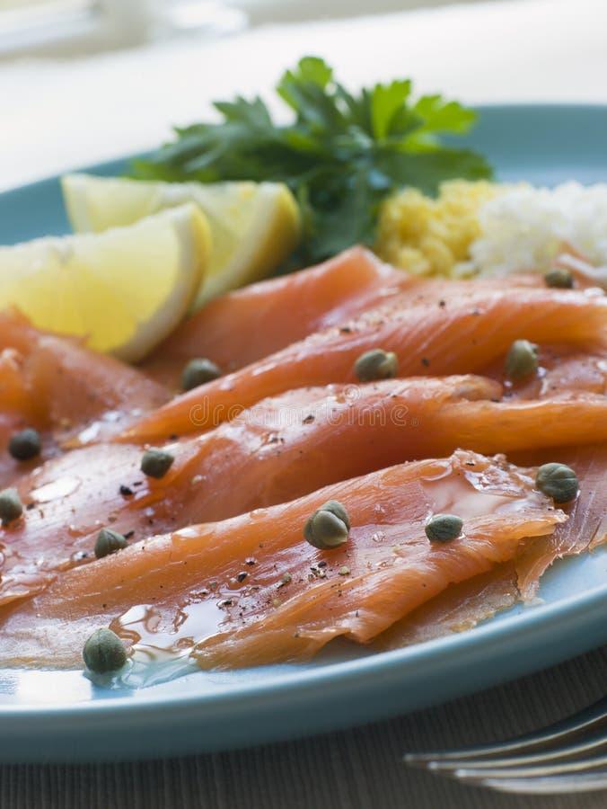 Salmoni affumicati scozzesi con i capperi e l'uovo del limone immagini stock