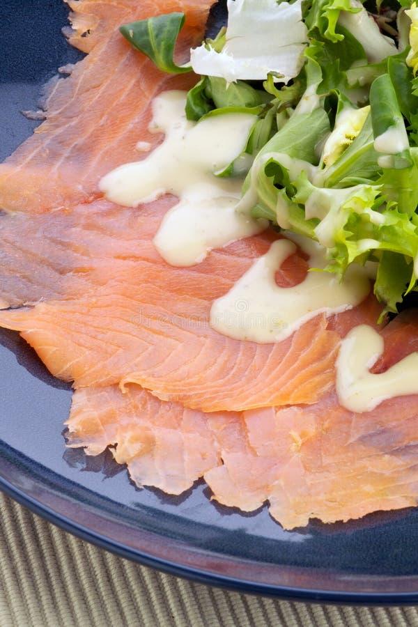 Salmoni affumicati scozzesi principali con insalata e vestirsi fotografia stock libera da diritti