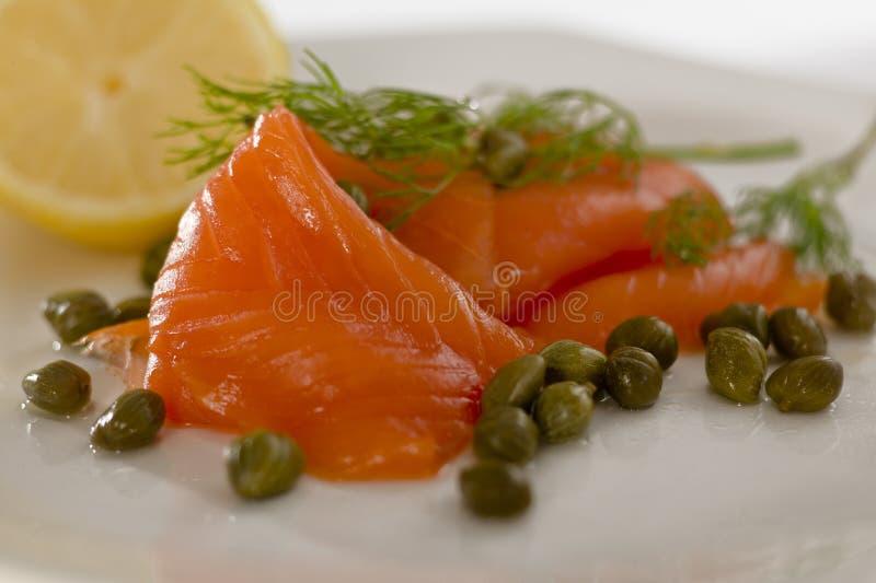Salmoni con aneto, i capperi ed il limone fotografia stock libera da diritti