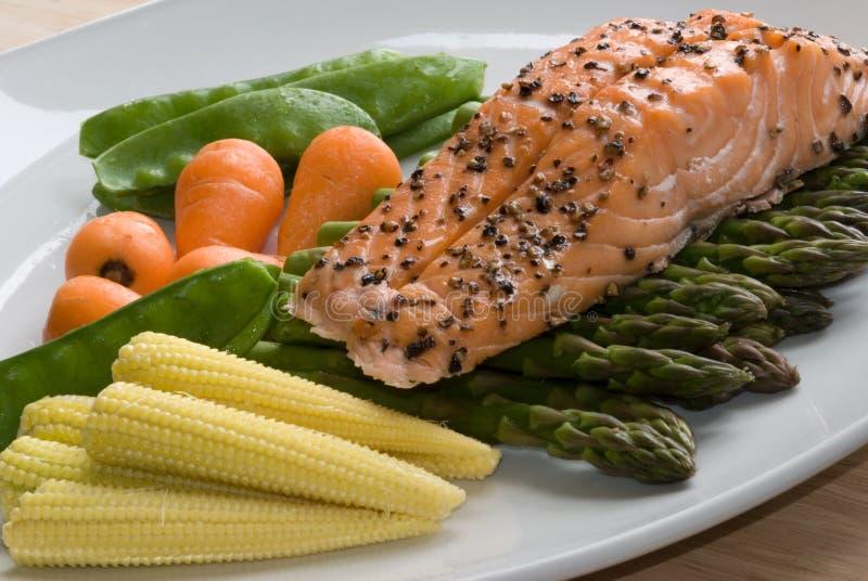 Salmoni con le verdure fotografia stock libera da diritti