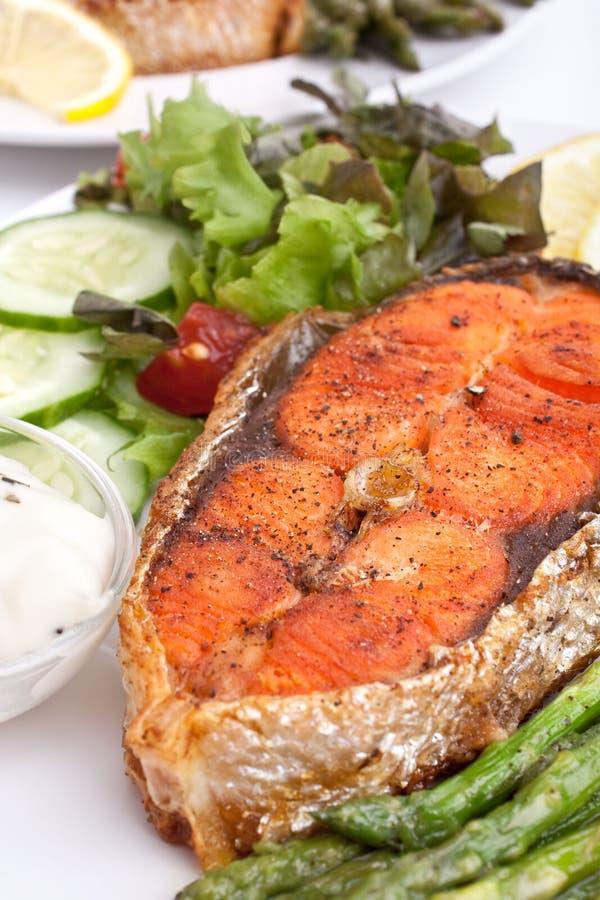 Salmoni con le verdure, il limone e la salsa immagini stock libere da diritti