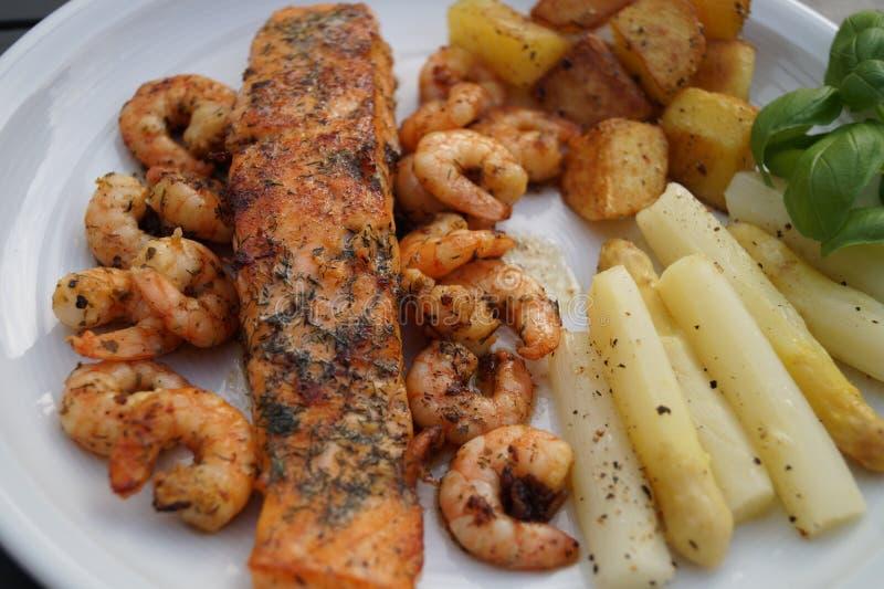 Salmoni cotti con asparago fotografia stock libera da diritti
