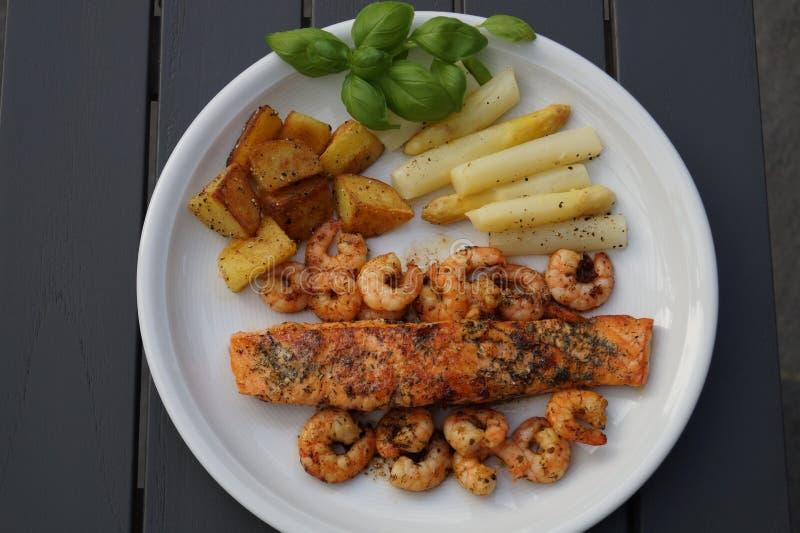Salmoni cotti con asparago immagini stock libere da diritti