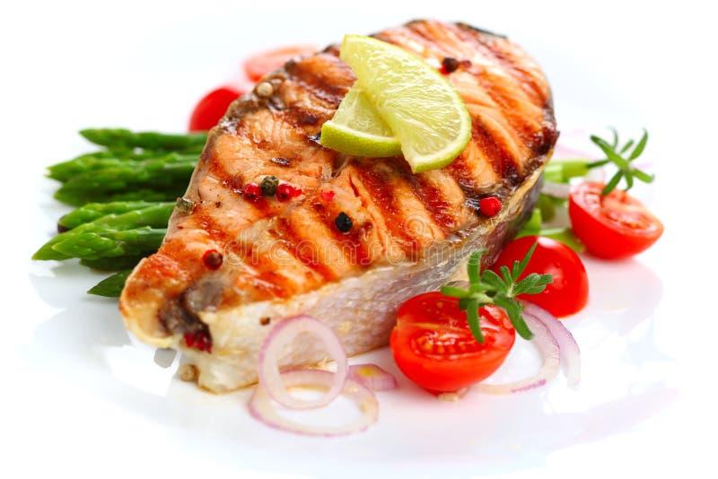 Salmoni cotti con asparago immagini stock