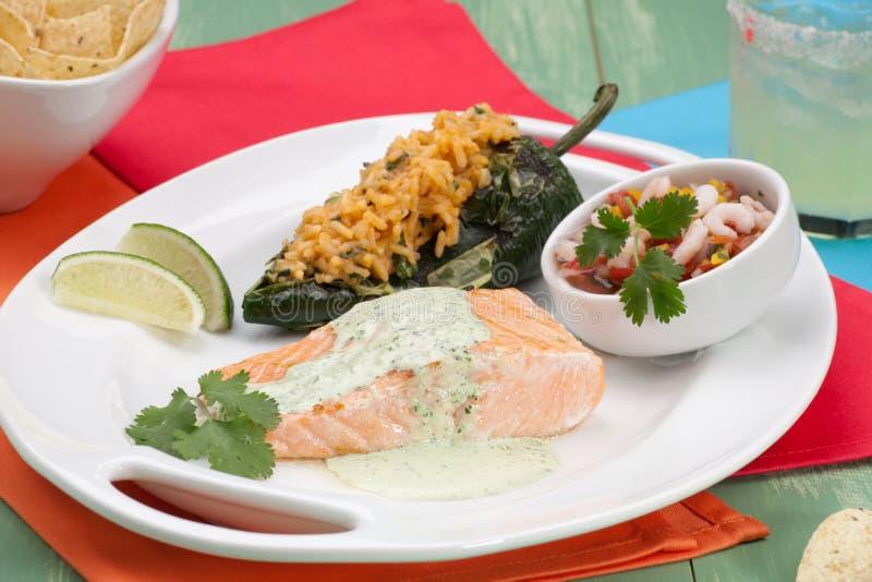 Salmoni cotti con Cilantro - crema del Jalapeno immagini stock libere da diritti