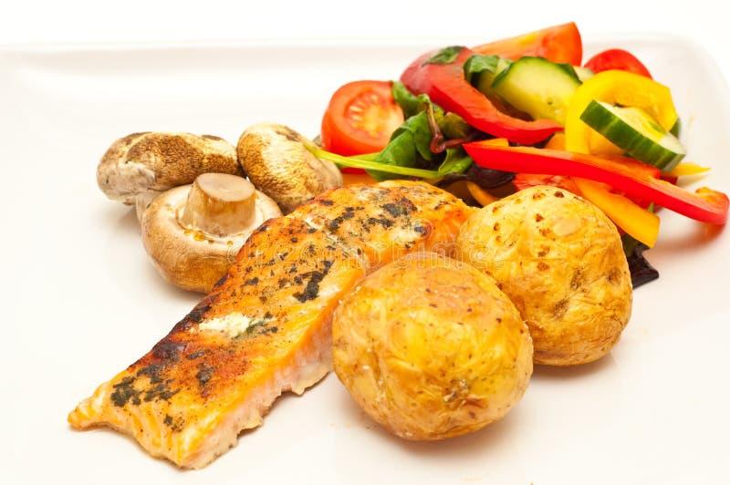 Salmoni cotti con la verdura cotta e fresca fotografia stock libera da diritti
