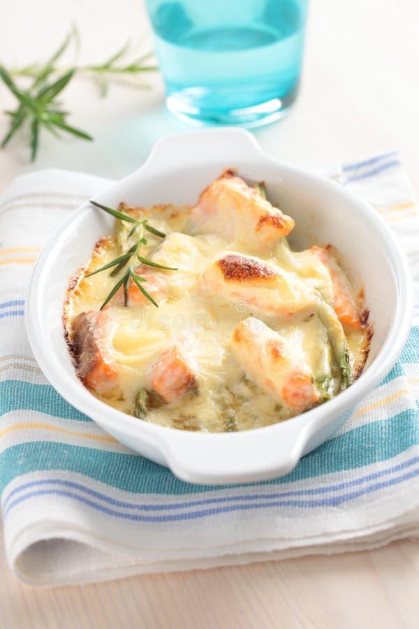 Salmoni cotti sotto la salsa di formaggio immagini stock