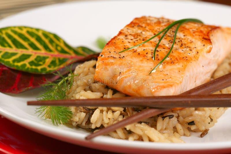 Salmoni cucinati su una base di riso Mixed immagini stock