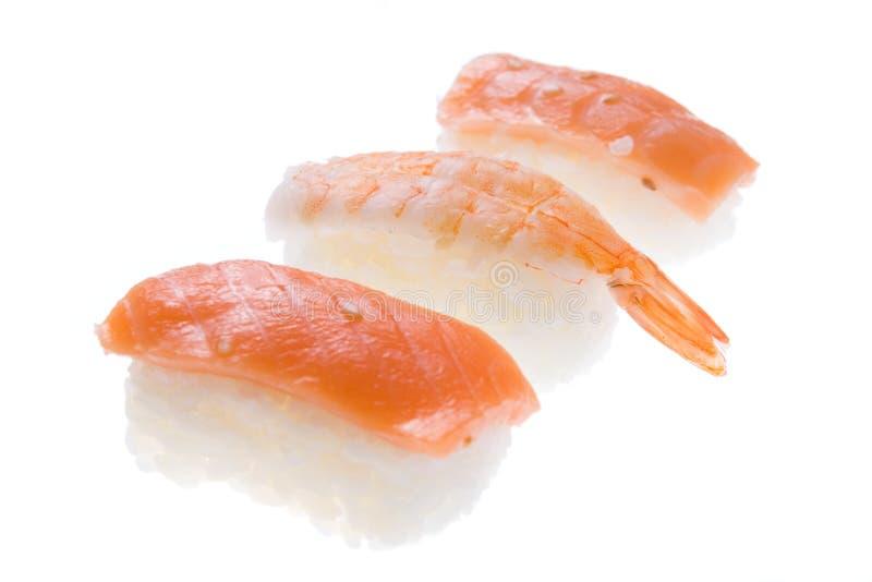 Salmoni dei sushi di Nigiri e gamberetto del re fotografia stock libera da diritti