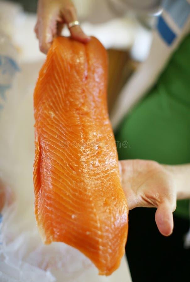 Salmoni della holding della donna immagine stock libera da diritti