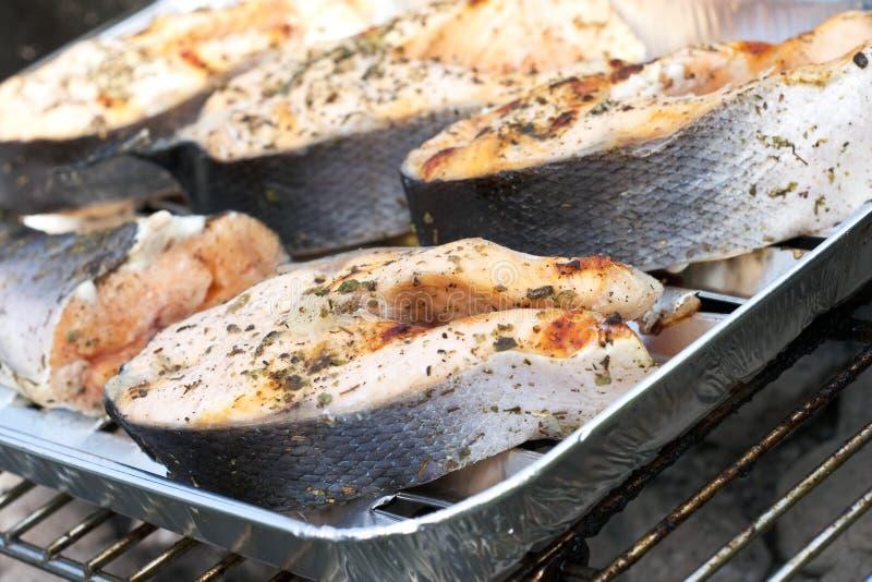 Salmoni durante cuocere fotografia stock