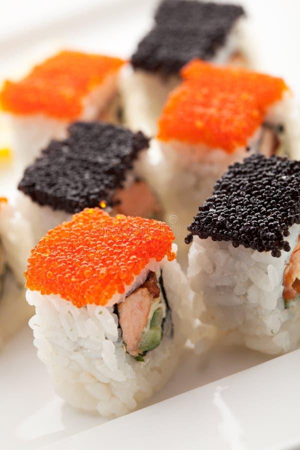 Salmoni e rullo di Tobiko immagine stock
