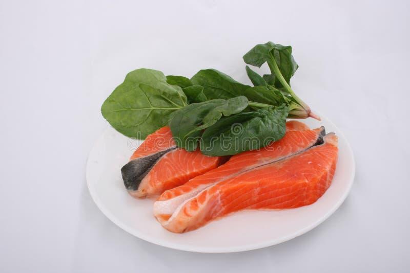Salmoni e spinaci grezzi immagine stock
