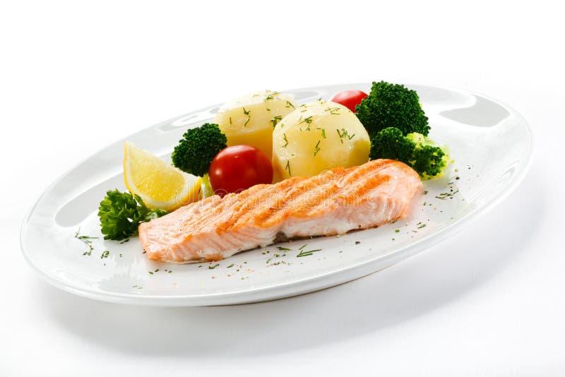 Salmoni e verdure arrostiti fotografia stock libera da diritti