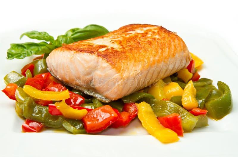 Salmoni e verdure cotti immagini stock libere da diritti