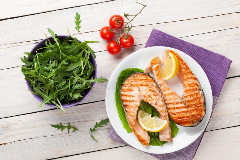 Salmoni ed insalata cotti fotografia stock