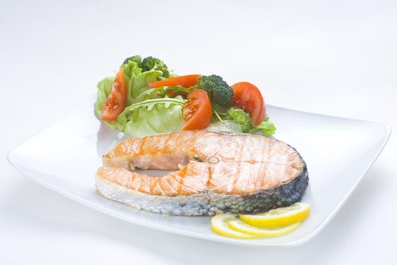 Salmoni freschi cucinati con insalata immagini stock libere da diritti