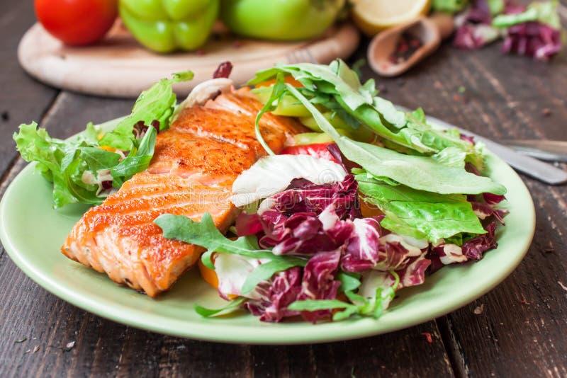 Salmoni fritti con le verdure immagini stock libere da diritti
