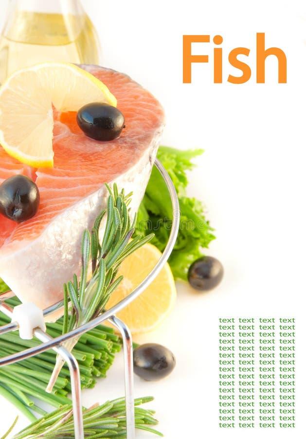 Salmoni, limone ed olive su una griglia fotografia stock libera da diritti