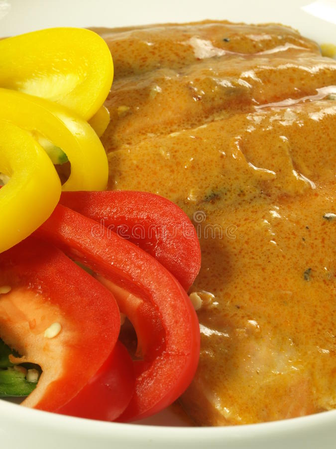 Salmoni in salsa di curry immagine stock