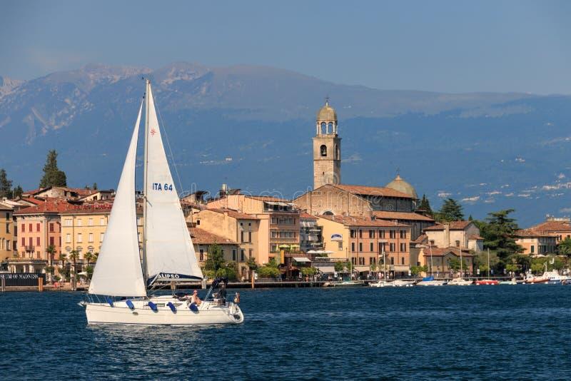 Salo bij Meer Garda, Italië met een boot kruising stock afbeelding