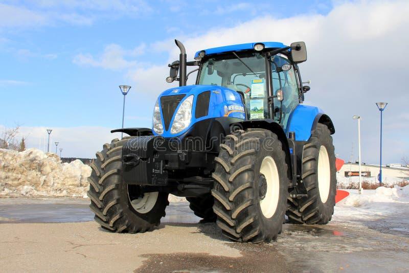 Ny Holland för blått jordbruks- traktor royaltyfri foto