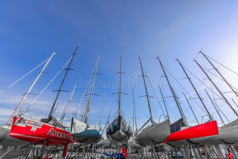 SALO, ITÁLIA - 24 DE FEVEREIRO DE 2019: Os barcos de navigação aprontam-se para ser lançados após o armazenamento do inverno fotografia de stock royalty free