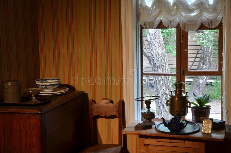 Salon antique avec le samovar de cuivre photos stock