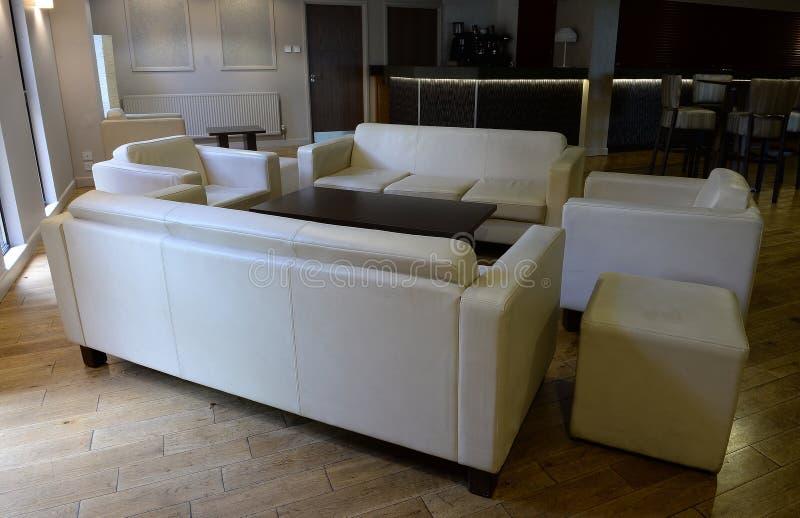 Salon avec des canapés et des chaises image libre de droits