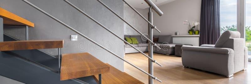 Salon avec l'escalier photos stock