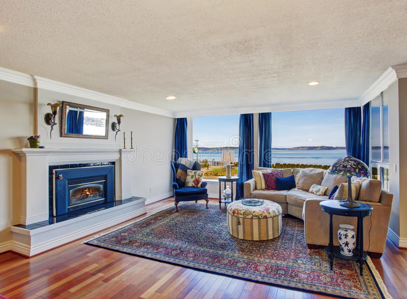 Salon avec la cheminée et la belle vue photo stock