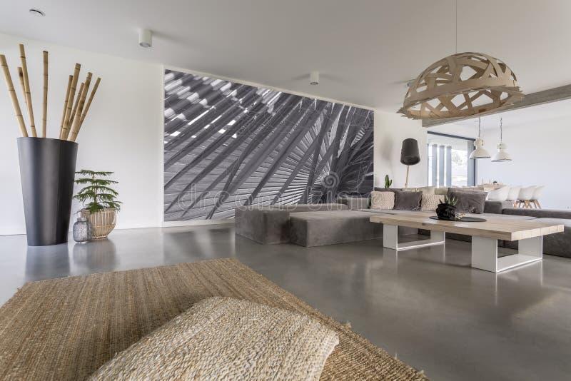 Salon avec la peinture murale grise photographie stock libre de droits