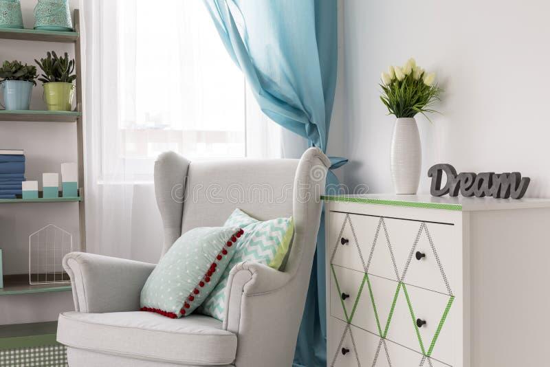 Salon avec le fauteuil confortable images libres de droits