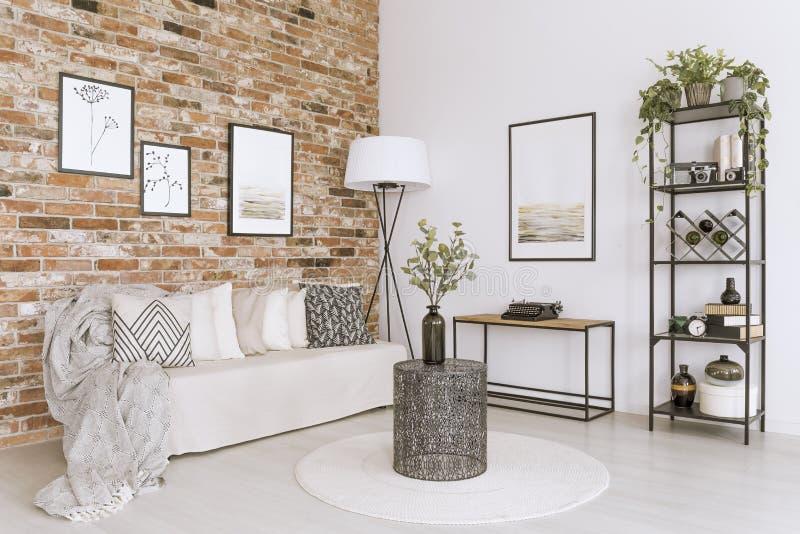 Salon avec le mur de briques photos libres de droits