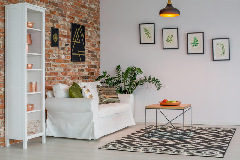 Salon avec le mur de briques image libre de droits