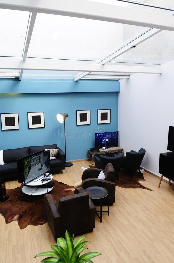 Salon avec le @The Playce de lucarne photographie stock libre de droits