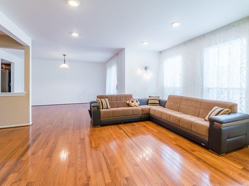 Salon avec le sofa et le plancher en bois dur image stock