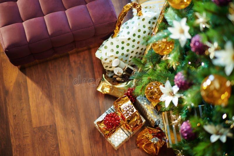 Salon avec un arbre de Noël décoré et des cadeaux modernes photo stock