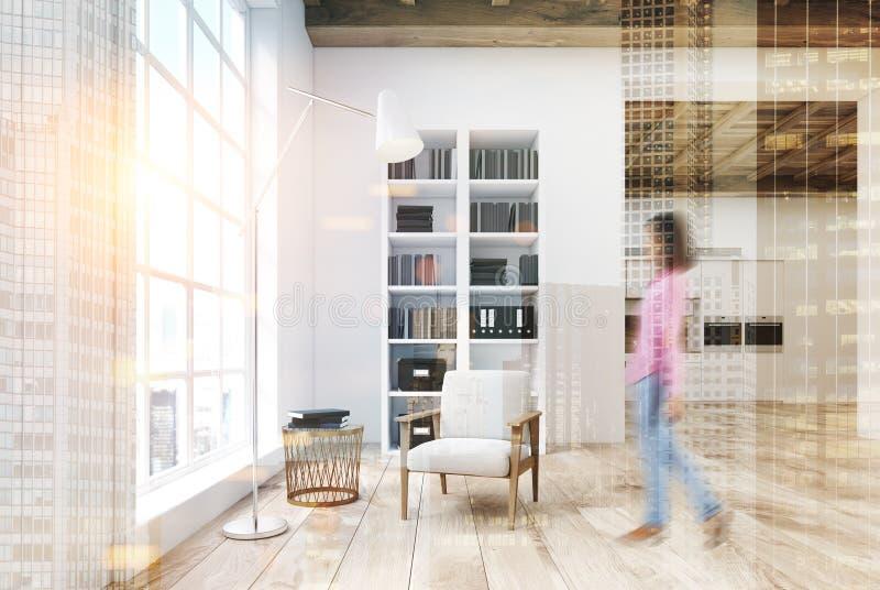 Salon blanc avec une bibliothèque modifiée la tonalité photos stock