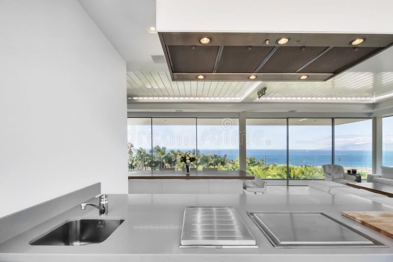 Salon blanc dans la villa moderne photo libre de droits