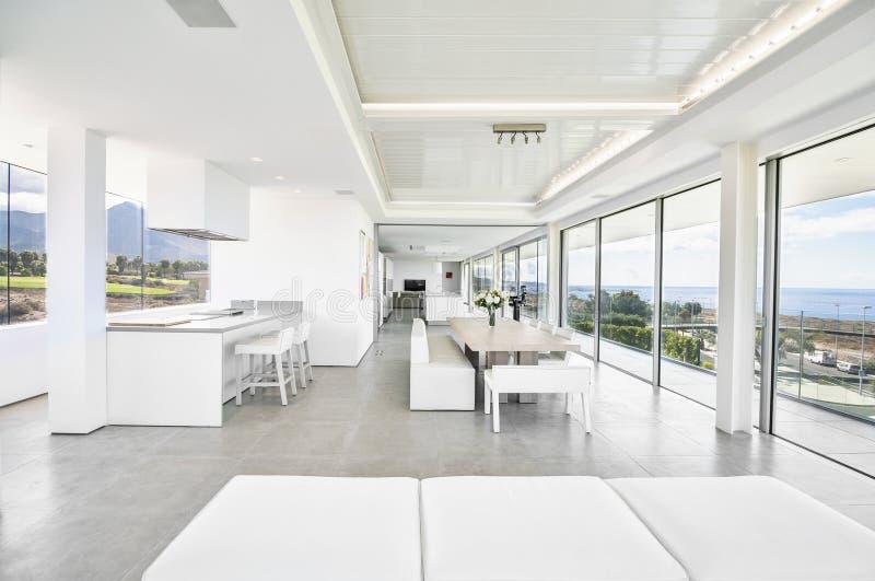 Salon blanc dans la villa moderne images stock