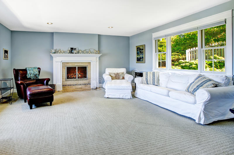 salon bleu clair avec le sofa et la chemin e blancs image stock image du lumi re fauteuil