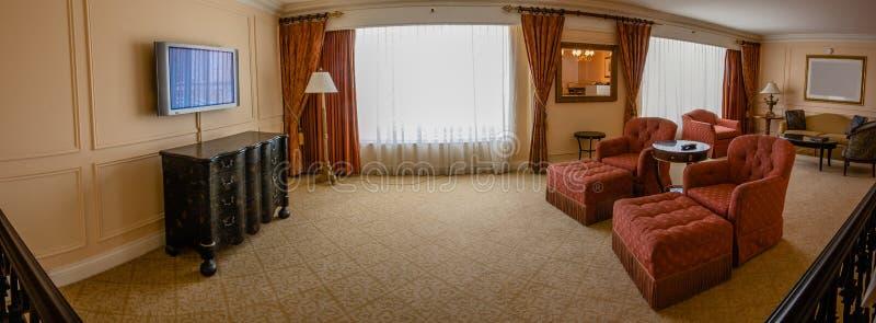 Salon classique avec le sofa, les fauteuils, les tables, le poste TV et le l photo stock