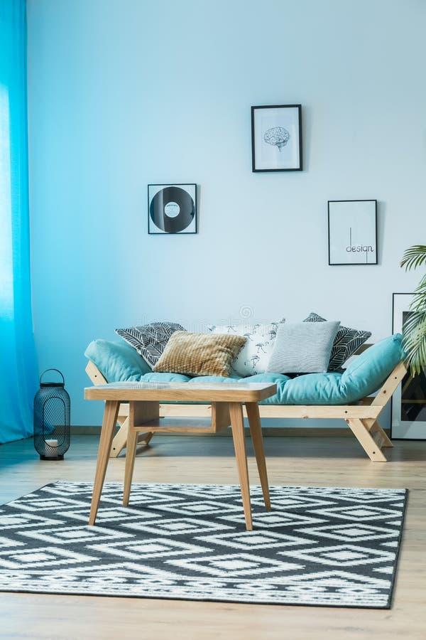 Salon confortable avec la table image libre de droits