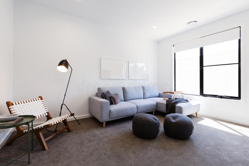 Salon confortable de TV dans une nouvelle maison australienne photographie stock libre de droits
