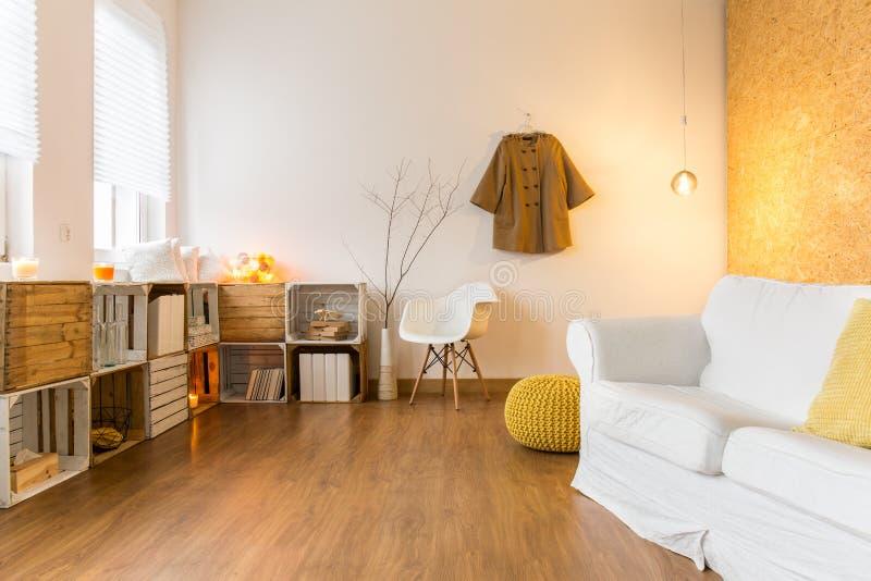 Salon confortable spacieux parfait pour le repos dans le jour froid image stock