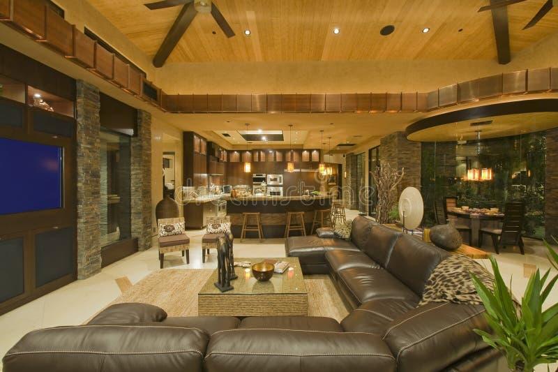 Salon contemporain avec le sofa en cuir photos stock