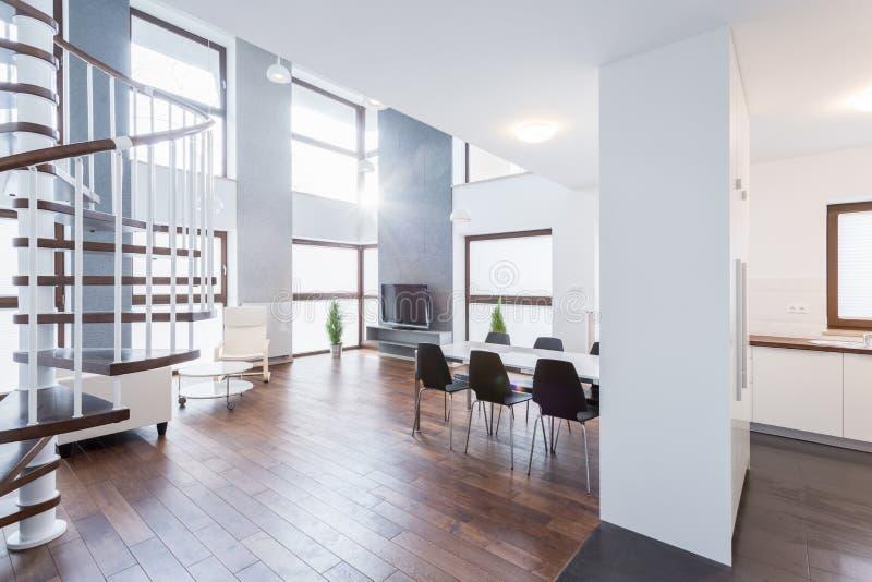 Salon contemporain spacieux photo stock