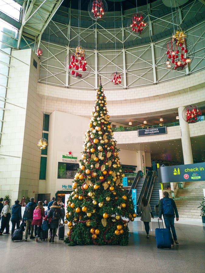Salon d'oreillette à l'entrée à l'aéroport de Lisbonne avec l'arbre de Noël image stock